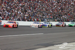 Ricky Craven leading a group of cars