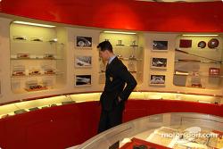 Apertura oficial de la Ferrari Store, Maranello: Michael Schumacher