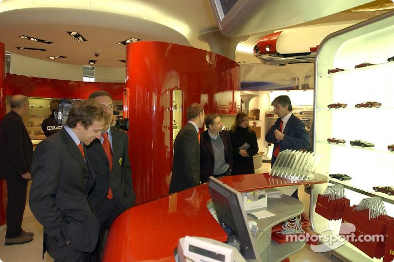 Apertura oficial de la Ferrari Store, Maranello: Luca Badoer y Luciano Burti