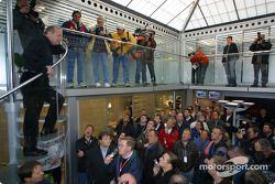 El director de equipo, Ron Dennis recibe a los invitados a la apertura del Centro de Comunicaciones