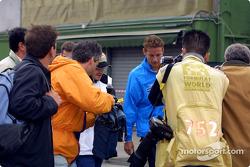 Jacques Villeneuve y Jenson Button llegando al paddock