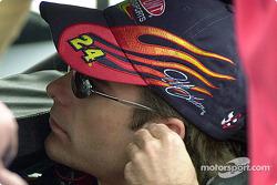 Jeff Gordon colocándose los tapones de los oídos