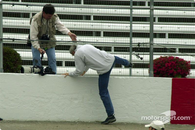 Dale Jarrett tomando el atajo fuera de la pista