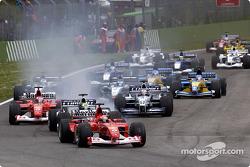 Старт: Впереди Михаэль Шумахер, Ferrari, Ральф Шумахер, Williams, и Рубнс Баррикелло, Ferrari