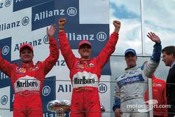 El podio: el ganador de la carrera Michael Schumacher con Rubens Barrichello y Ralf Schumacher