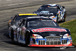 Un trío de Fords de Roush Racing Fords con Kurt Busch al frente de Matt Kenseth y Mark Martin