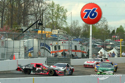 Kyle Petty y Johnny Benson se enredan