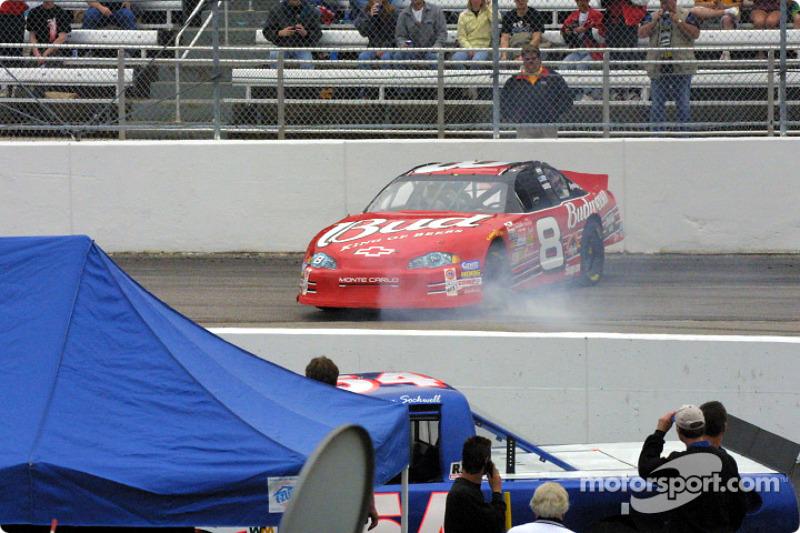 Dale Earnhardt Jr. en problemas