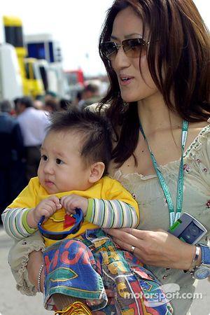 La esposa de Mika Salo, Noriko y su hijo Max