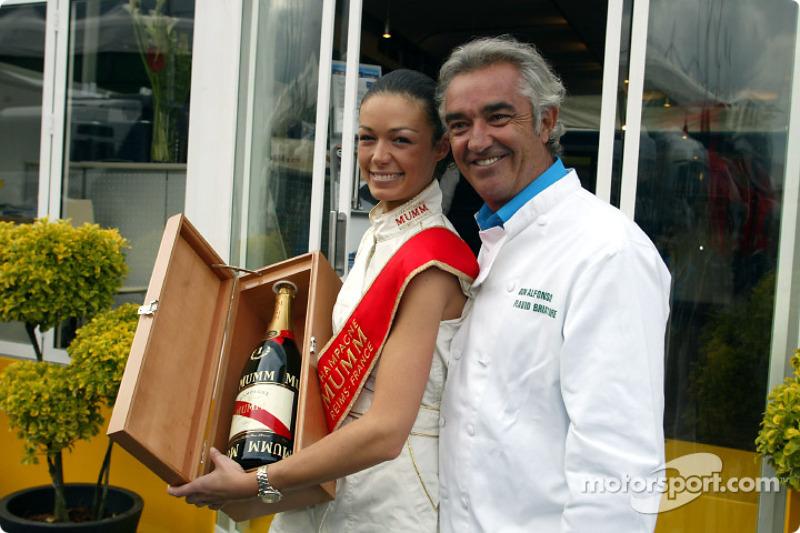 Flavio Briatore con una chica de Mumm Champagne