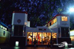 Casa rodante de BAR por la noche