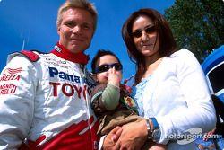 Mika Salo con su esposa Noriko y su hijo Max