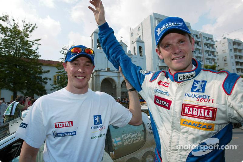 El ganador Marcus Gronholm con Richard Burns
