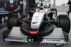 Exposition McLaren dans le paddock