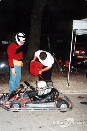 Moteur arrêté et pilote hors du Kart pour un arrêt carburant