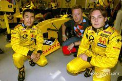 Takuma Sato y Giancarlo Fisichella con un representante de Damovo