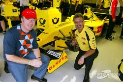 Eddie Jordan con un representante de Damovo