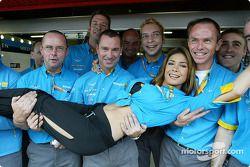 Mecanicos de Renault F1 con la estrella mexicana del pop, Patricia Manterola