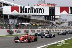 Старт: лидируют Михаэль Шумахерю Ferrari, и Ральф Шумахер, Williams
