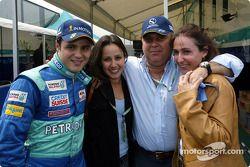 Felipe Massa festejando su cumpleaños con su novia y su familia