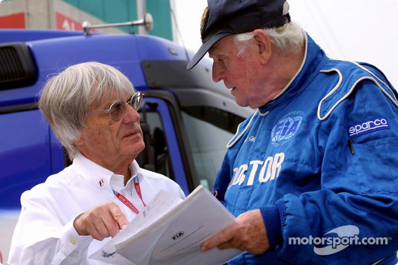 Bernie Ecclestone discute avec le professeur Sid Watkins