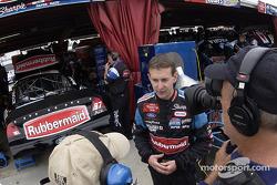 Kurt Busch charlando con el equipo de video en el área de garage