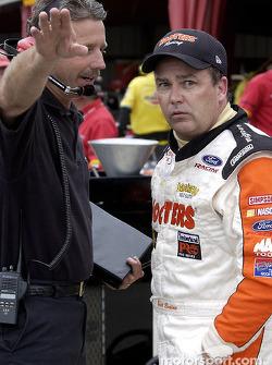 Brett Bodine platica con el jefe de equipo, Doug Richert