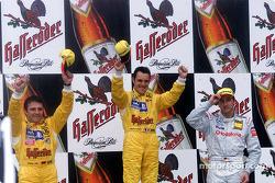 El podio: el ganador de la carrera Laurent Aiello, Christian Abt y Bernd Schneider