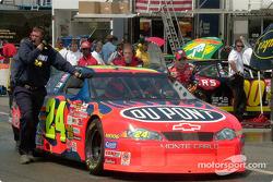 Jeff Gordon empujando su auto de regreso al garage