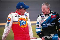 Kevin Harvick y Dale Earnhardt Jr.