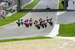 Start zum GP Spanien 2002 in Jerez: Valentino Rossi, Repsol Honda Team, führt