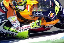 Rossi sale de la curva a toda potencia