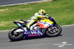 Rossi entra a la recta frontal