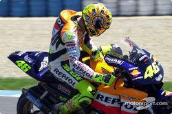 Валентино Росси проверяет мотоцикл