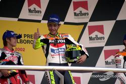 Rossi felicita a su equipo levantando los pulgares