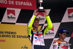 Rossi levanta el trofeo