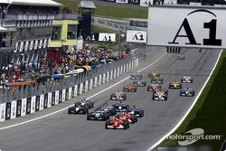 start: Rubens Barrichello taking lead front, Michael Schumacher ve Ralf Schumacher