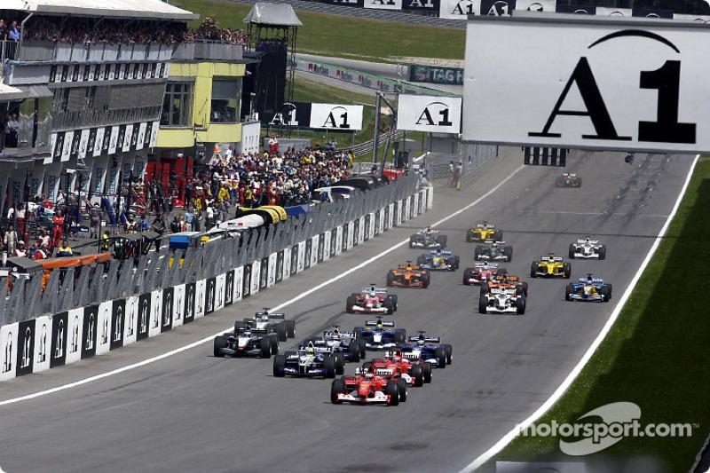 На старте Рубенсу удалось сохранить лидерство, а Михаэль Шумахер опередил брата – Ferrari сходу захватила два первых места