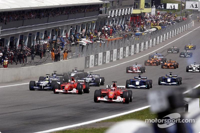 Llegando a la primera curva: Rubens Barrichello tomando la delantera frente a Michael Schumacher y Ralf Schumacher