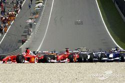 Primera curva: Rubens Barrichello delante de Michael Schumacher
