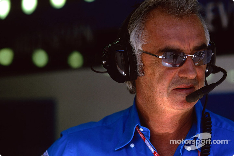 В то время Флавио Бриаторе руководил командой Renault, а его лицо еще не подверглось столь значительным косметическим изменениям