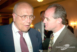 John Dingell et Kenny Wallace échangent
