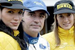 Carlos Sainz con las chicas Pirelli