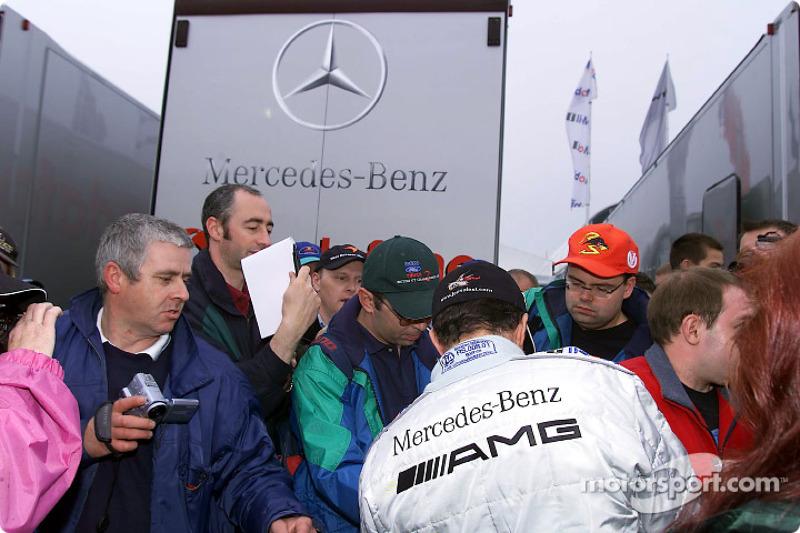 Jean Alesi firmando autógrafos