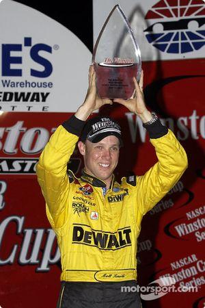Matt Kenseth avec le trophée de la pole position