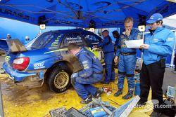 Los mecánicos del Equipo Subaru World Rally trabajando en el Impreza WRC