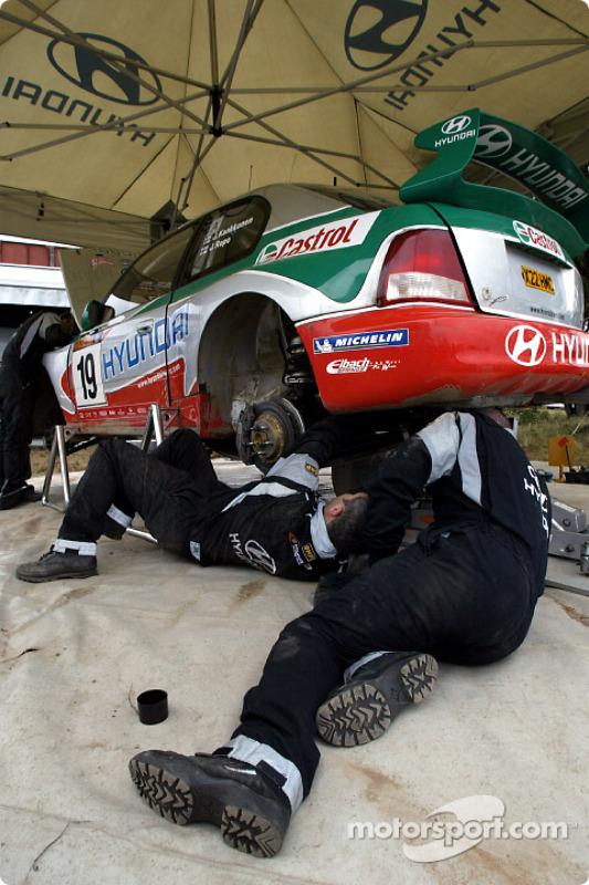 Trabajando en el auto de Juha Kankkunen