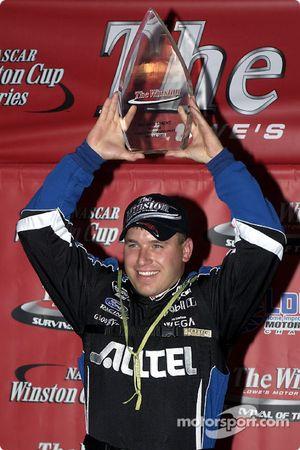 Ryan Newman avec le trophée de la victoire