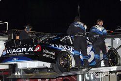 El equipo VIAGRA carga el Ford Taurus de Mark Martin luego de que el auto sufriera una falla de mot