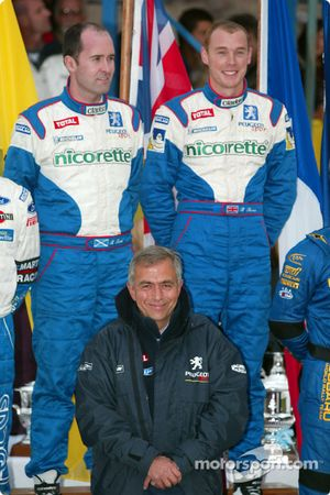 Los ganadores de la carrera: Richard Burns y el copiloto Robert Reid